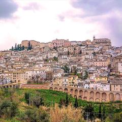 Tradizioni e Usanze:  Tanti comuni  caratteristici raccontano tradizioni e storie d'Abruzzo.